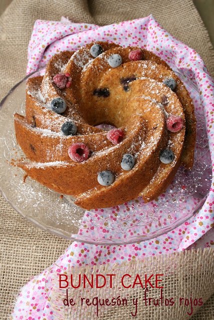 Bundt cake de requesón y frutos rojos