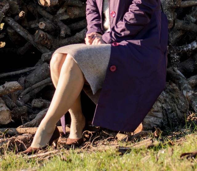 Saia lápis de lã da SheIn em ensaio rural