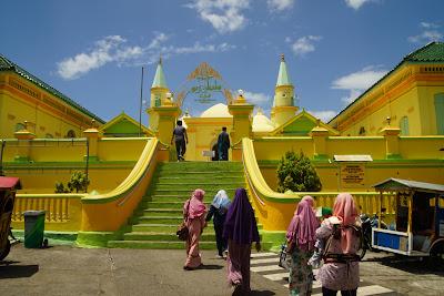 Pengunjung  masuk  ke Masjid Raya Sultan Penyengat