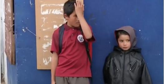 À 11 ans, il est abandonné par sa mère avec ses trois petits frères. Lorsque la police arrive chez eux, c'est la stupéfaction.