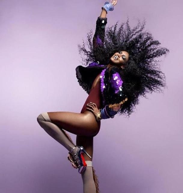 mujer negra pelo rizado