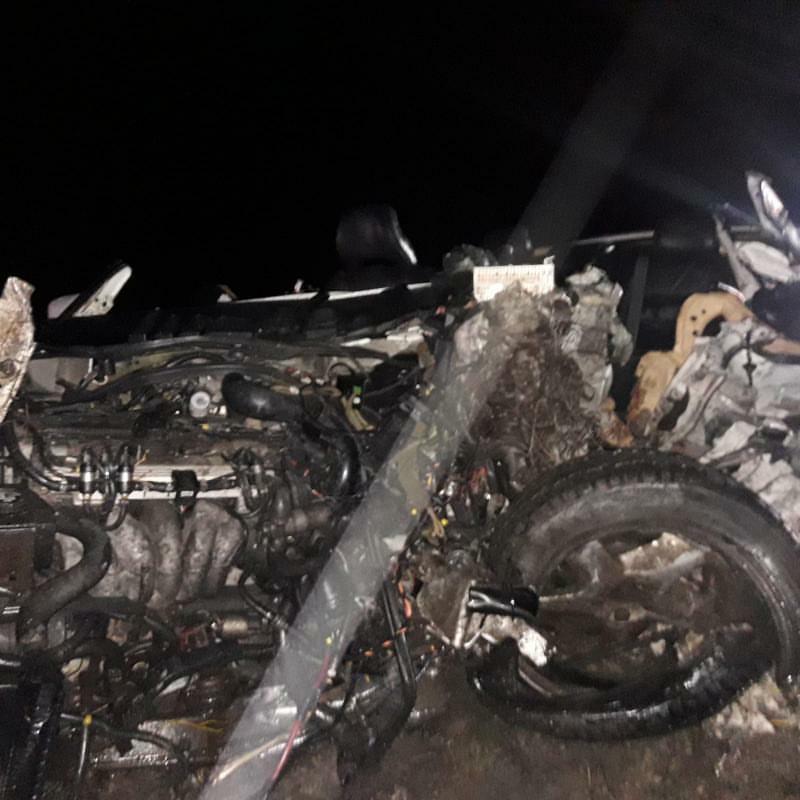Vieglās automašīnas motora telpa pēc avārijas