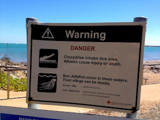 Signe danger crocodiles et méduses, plage, Darwin, Australie
