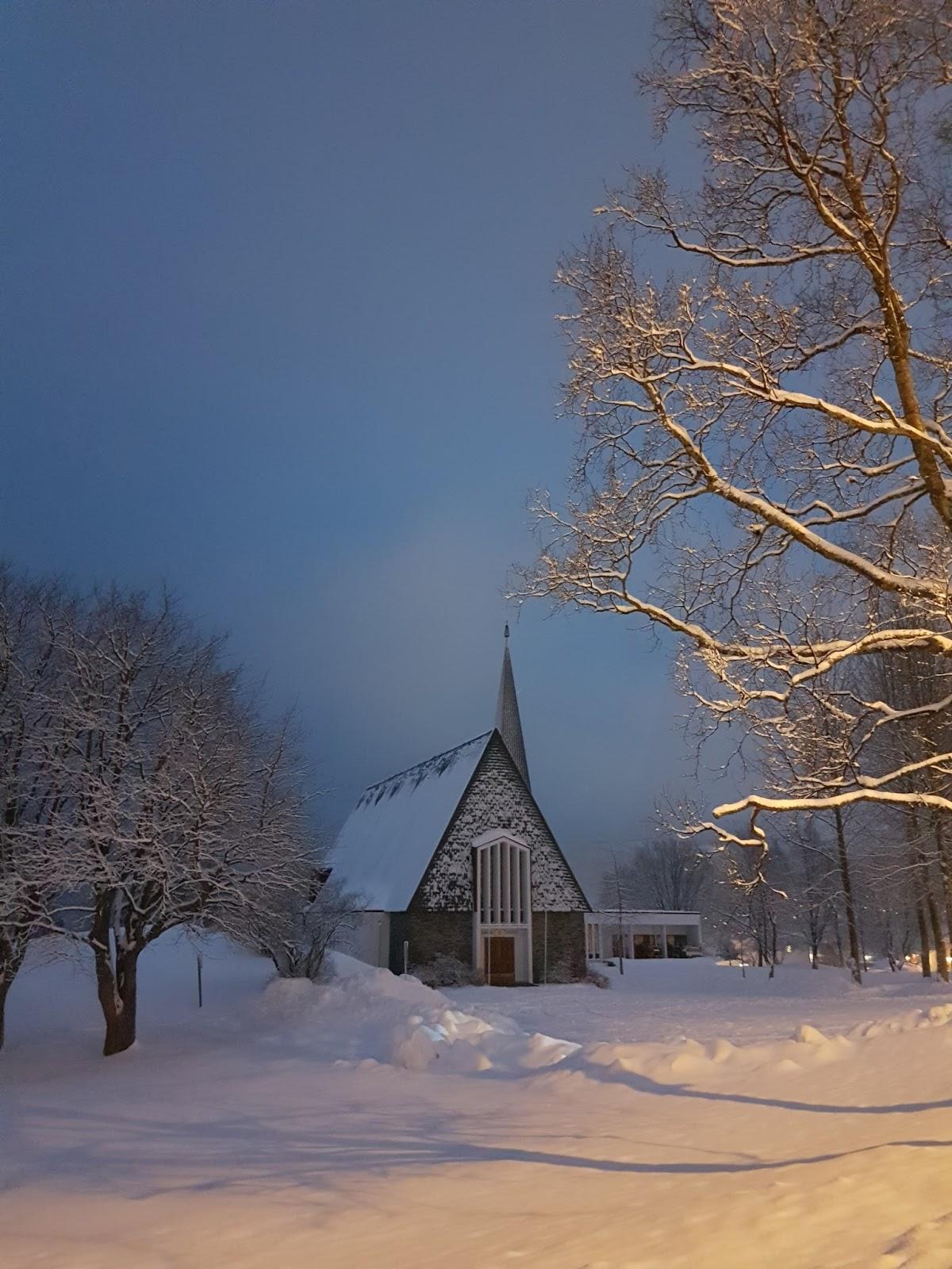 Harstad kirke i nydelig vintervær.