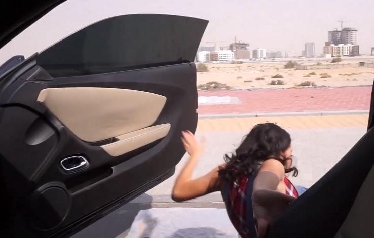 بالفيديو.. شاهد ما فعله رجل مصري مع زوجته لخوضها تحدي «كيكي»