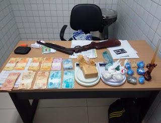 Polícia prende um suspeito e apreende dois adolescentes com uma espingarda 12, drogas e dinheiro