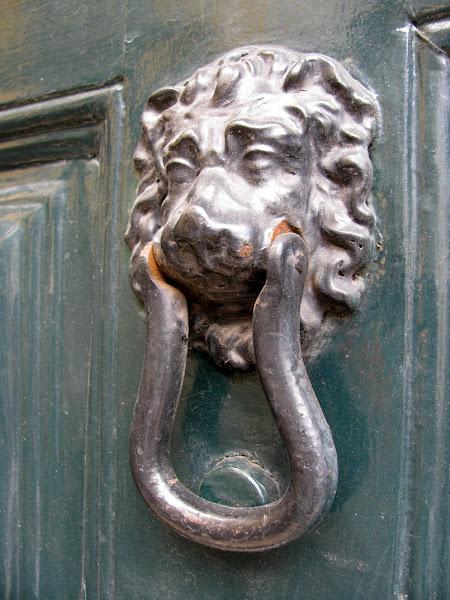 lion doorframe