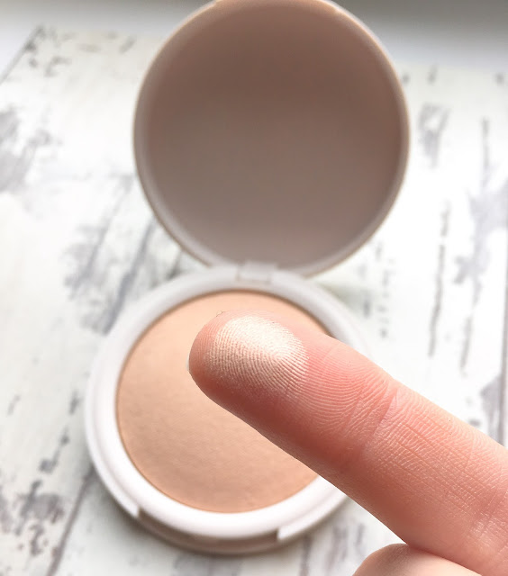 My search for an amazing highlighter that doesn't break the bank brought me to Topshops range. But how does it pan out?