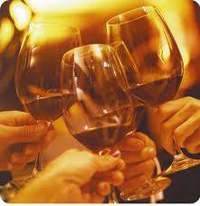 Brindis. Manos sosteniendo cuatro copas de vino