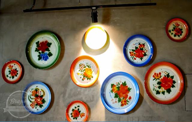 Hiasan dinding di dalam Campur Campur Kitchen