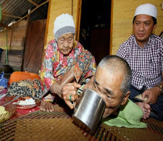 Eyaa. Woman aged 101 takes care of her disabled 63-year-old son in Malaysia