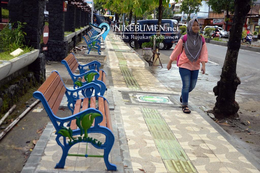 Trotoar Depan BRI Kebumen Dilengkapi Bangku Taman