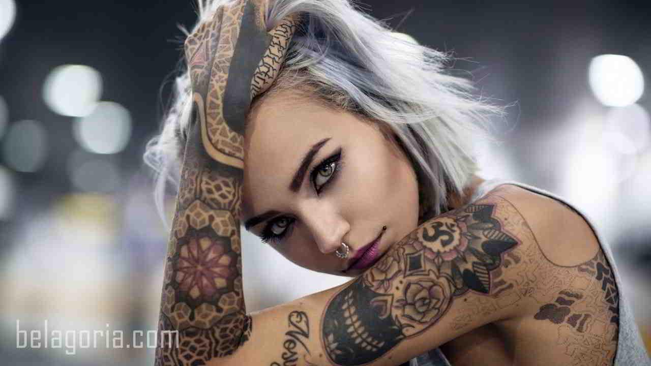 Chica tatuada con símbolo om en el brazo