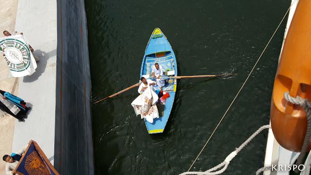 vendedores en barca vendiendo su mercancia a barco en el nilo