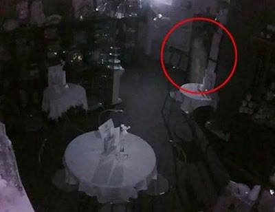 penampakan hantu nyata tertangkap kamera cctv kuburan