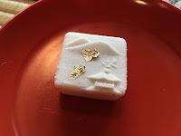 Cukrowy deser z jadalnym złotem