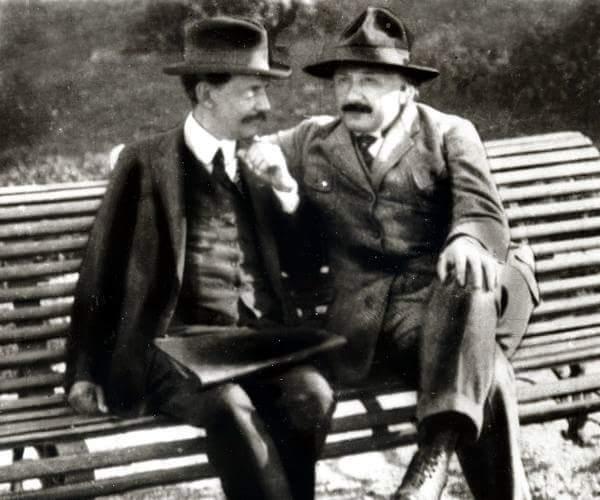 Einsten con Vaz Ferreira en la plaza de los 33 orientales en abril 1925