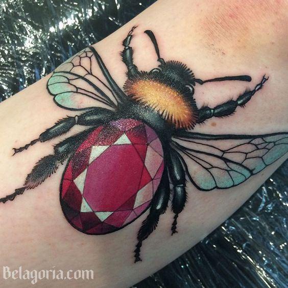 tatuaje de abeja con rubi en el cuerpo