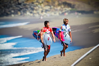 36 Samuel Pupo BRA and Kaito Kino HAW Azores Airlines Pro foto WSL Laurent Masurel