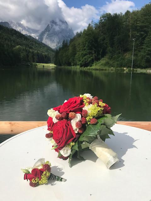 Brautstrauß mit Beeren, Bunte Sommerblumen-Hochzeit am See und in den Bergen, Riessersee Hotel Garmisch-Partenkirchen, Bayern, nahe der Zugspitze, Hochzeitsplanerin Uschi Glas