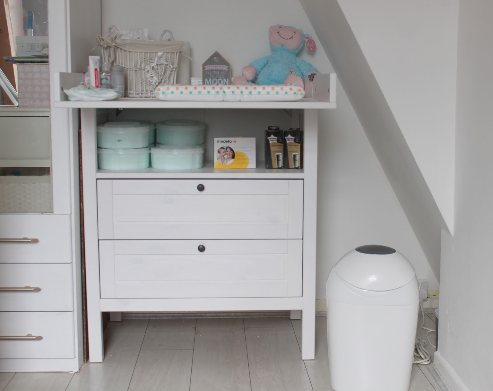 tour of aria 39 s nappy changing table a slice of my life wales. Black Bedroom Furniture Sets. Home Design Ideas