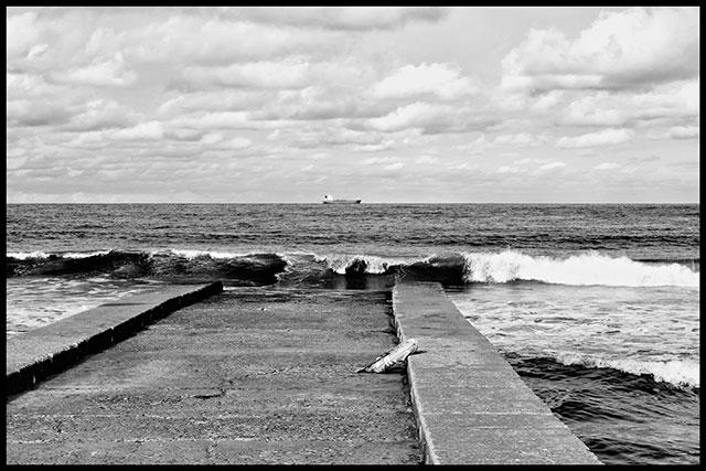 Vista al mar desde el espigón, con un objeto olvidado en primer plano
