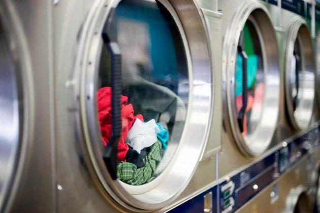 601998d8d0d Αν και σε σας έχει τύχει να βγάζετε τα ρούχα από το πλυντήριο και εκείνα να  μυρίζουν υγρασία αντί λεβάντα, τότε μάλλον κάνετε το ίδιο λάθος που έκανα  και ...