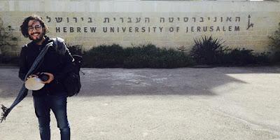 Jean Wyllys diante de Universidade em Israel