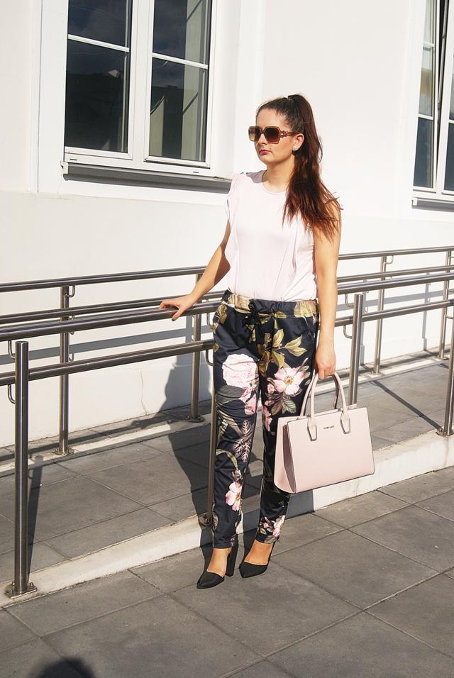 stylizacja ze spodniami w kwiaty pudrowa bluzka z falbankami mohito blog