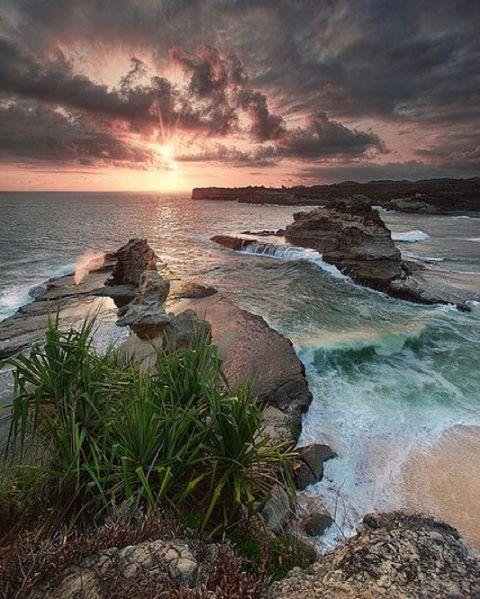 foto indahnya sunset di pantai klayar pacitan
