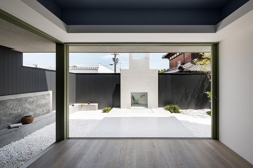 Casa giapponese con cortile bianco per lo yoga by kouichi for Casa con cortile centrale