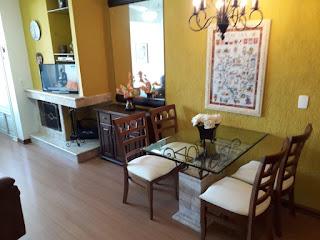 Sala com lareira e jantar temporada Gramado