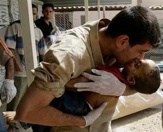 Un padre despidiendo en brazos a su bebe asesinado por el régimen sirio
