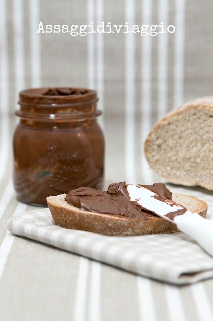 Pane di segale e crema spalmabile di cioccolato alle nocciole