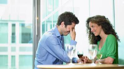 6 أمور يجب ألا تكذب بشأنها في اللقاء الأول مع الحبيب رجل امرأة لقاء غرامى عاطفى موعد رومانسي man woman girl guy first date dating love