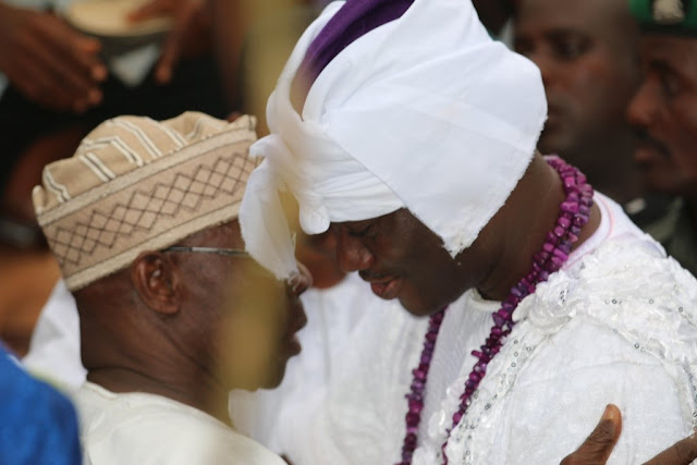 EXTRA: Obasanjo prostrates before Ooni