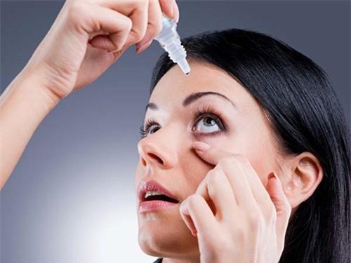 Dùng thuốc nhỏ mắt không đúng cách có thể gây biến chứng nguy hiểm, thậm chí mù lòa