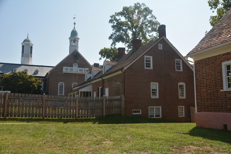 Sur la place centrale de Old Salem