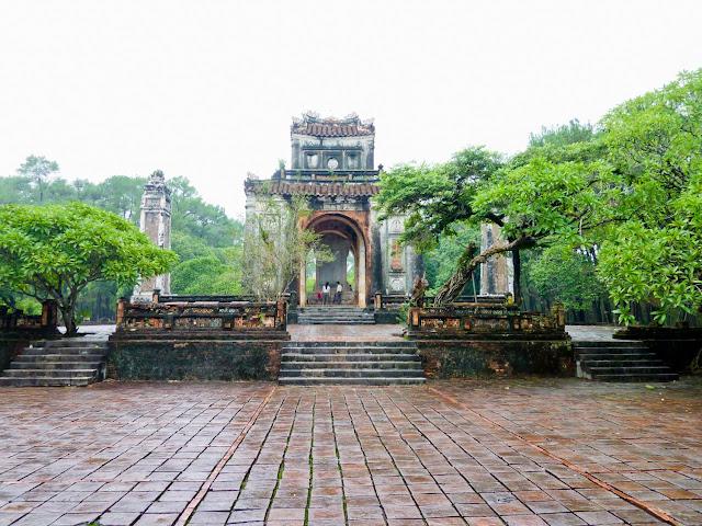 Pabellón de la Estela y Torres de Vigilancia - Tumba de Tu Duc, Hué