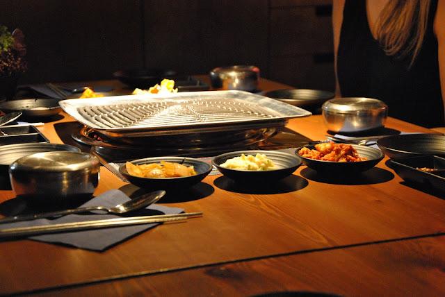 Tischgrill mit vielen kleine Beilagen zum Korean Barbeque