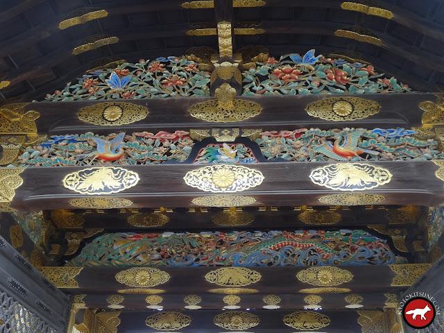 Sculpture en bois de la porte du château Nijo
