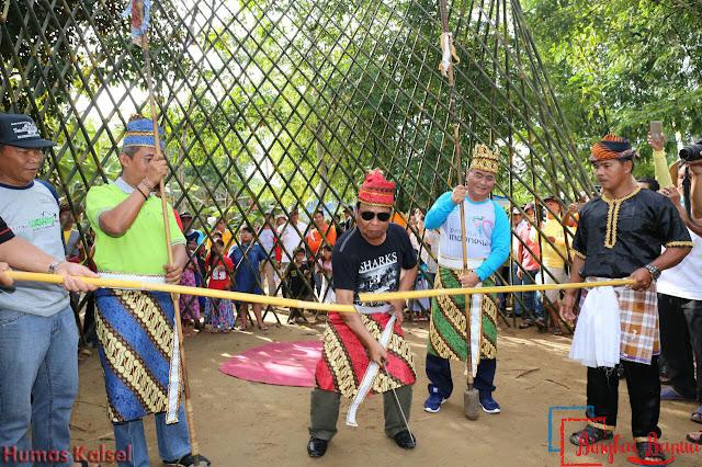 Gubernur Kalsel, H Sahbirin Noor Memotong Bambu Kuning Tanda Dimulainya Festival Loksado 2017