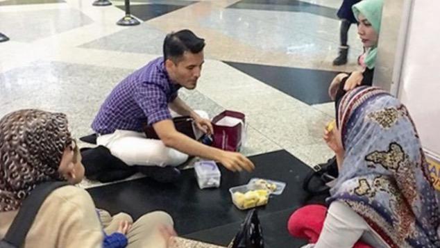 Makan Durian Di KLIA, Datuk Terlajak Laris Jadi Bahan Kritikan