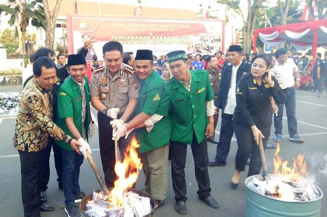 GP Ansor dan Polresta Surabaya Musnahkan Ribuan Miras dan Narkoba