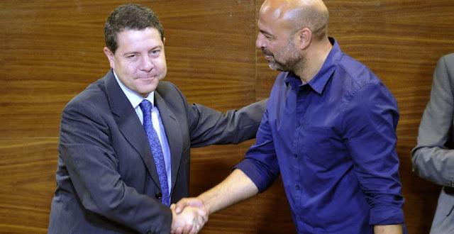 Page y Garcia se dan la mano al principio del acuerdo
