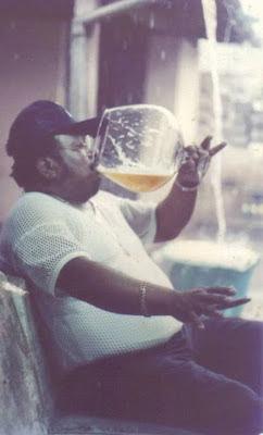 Mann trinkt Bier witzig - lustige Bier Bilder