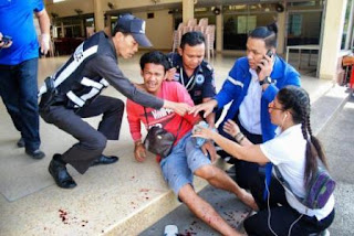 Dos personas murieron en explosiones en Hua Hin, donde se registraron hasta 5 deflagraciones. Mientras que, una muerte se registró en la sureña provincia de Trang y otra en Surat Thani. Además, unas 35 personas resultaron heridas en las doce explosiones que desde ayer soporta Tailandia, según informaron medios locales.