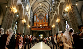 Natal Hanya Momen: Melihat Paha Mulus di Gereja oleh Kaka Vila