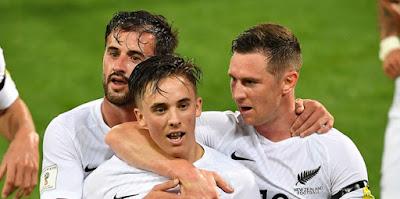 Ryan Thomas es celebrado por sus compañeros de la selección de Nueva Zelanda tras anotar