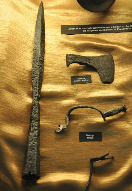 Muzeum Ziemi Przemyskiej - ekspozycja uzbrojenia wczesnośredniowiecznego